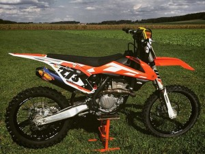Checking out a new riding spot today. Didn't even ride yet and already missing @xbowlarena and the mountains!! Bikes looking mint though, time to suit up! #KTM #350sxf #moto