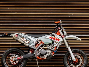 We are running a DE 100k likes (!!!) photo/bike contest on our facebook page at the moment. Hundreds of bikes been submitted so far, some of them super nice like this 2016 #KTM #500exc #Supermoto from James Xie in Singapore!