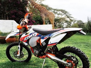 Great shot sent to me by Cameron Coulson out in Kenya of his #sixdays #KTM #500exc and a giraffe!