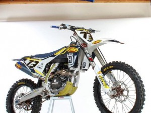 One seriously tricked out Husky! The @fmf73 @dirtbikemag #Husqvarna project bike looks great! They changed the graphics a bit after I sent it to them but it still looks pretty dam good. So many nice parts on it too!  #fc450 #fc350 #fc250 #moto #motocross