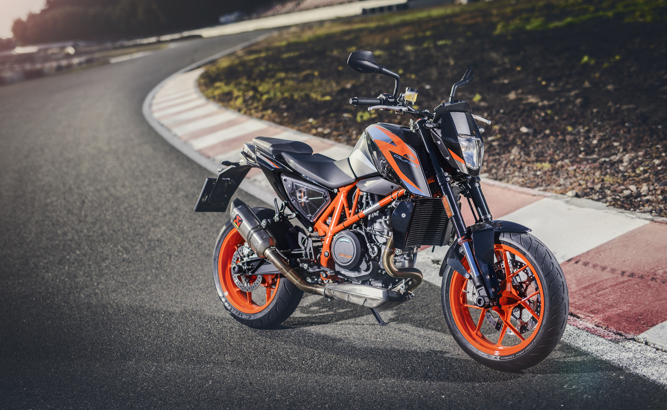 2016 ktm 690 duke first ride review derestricted. Black Bedroom Furniture Sets. Home Design Ideas