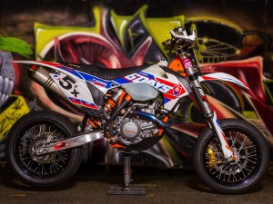 Absolutely mint #ktm #6days #500exc #supermoto sent to us by James Xie! The tires have had some heat in them too, always good to see! #de_portfolio
