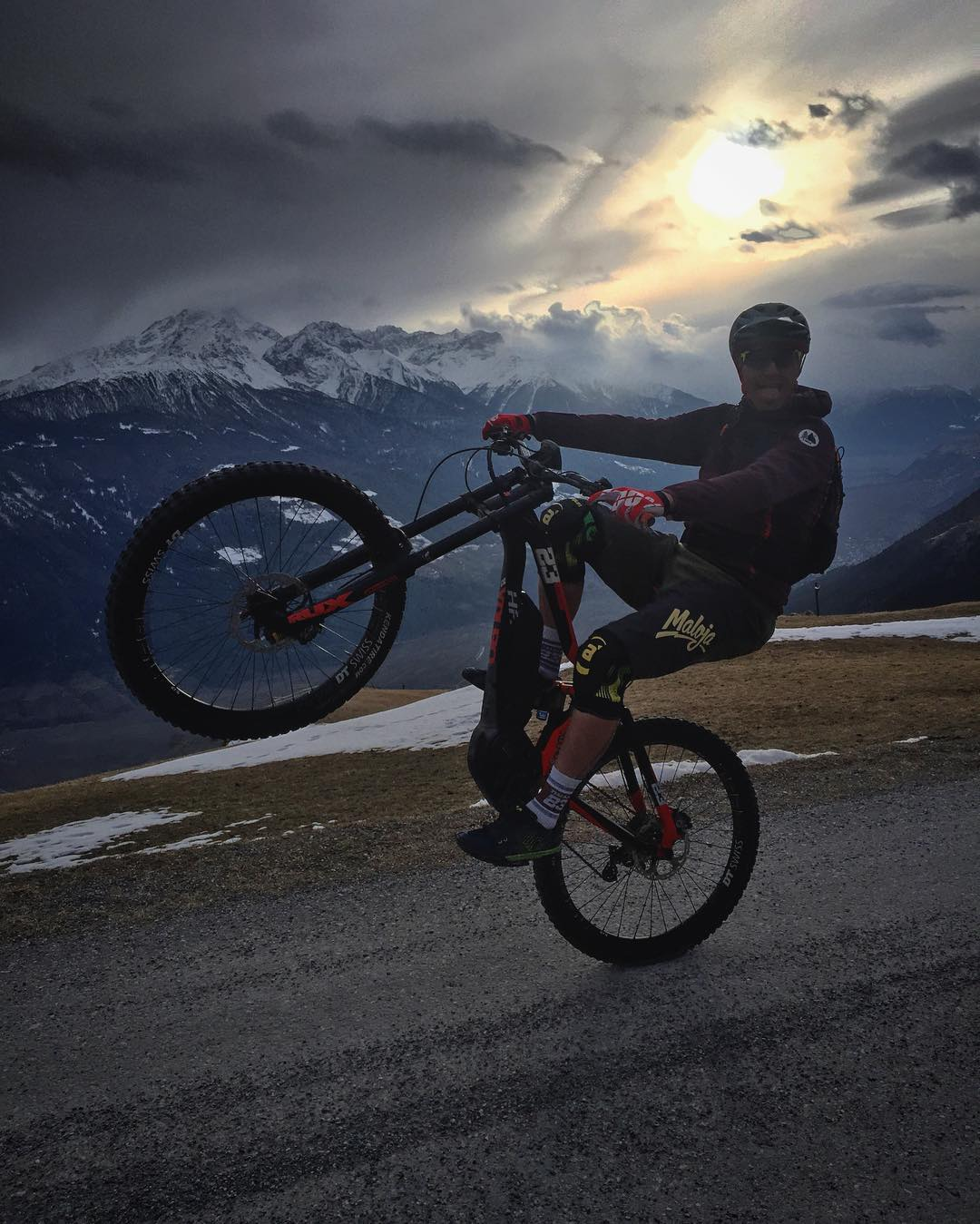 Catching the last rays of the day with @tschugg23 ! #xduro #ride100percent #eperformance #emtb #mtb #dh #enduro