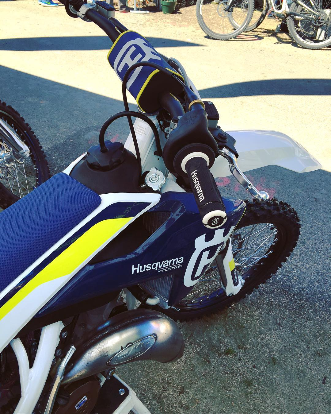 Some #Husqvarna dirt bikes at #seaotterclassic amongst the bicycles, had a good chat to the guys there. Nice to meet you  @blueberry719 #de_portfolio #tc125 #moto