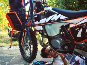 Still no 2017 power part skid plates available and we didn't manage to get another ordered in time so going full maguyver with @mengolor to get one sorted before hitting the trails tomorrow 🙈 😏 #KTM #camelbak #ride100percent