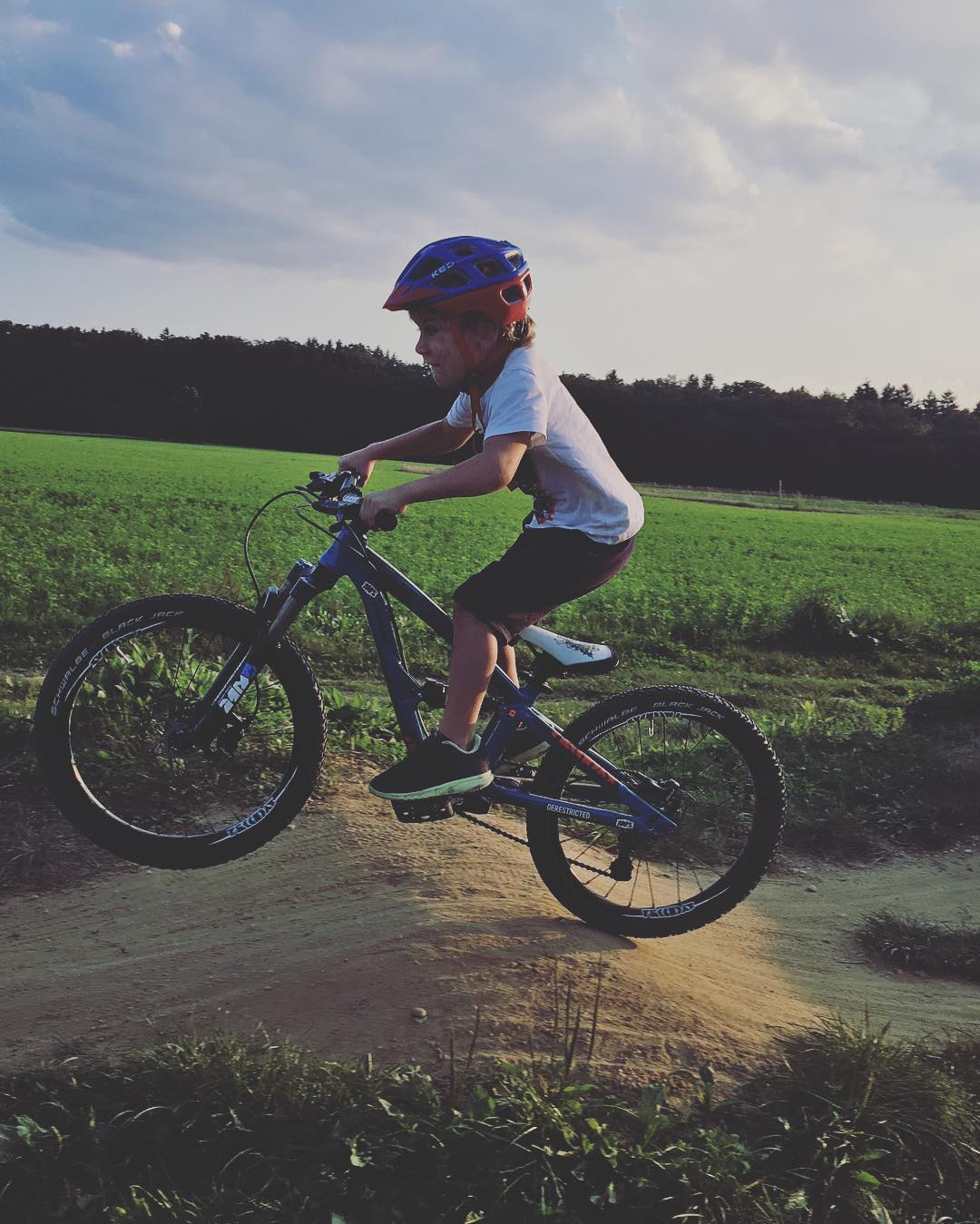 At the pump track with my boy. #frechdax @propain_bicycles