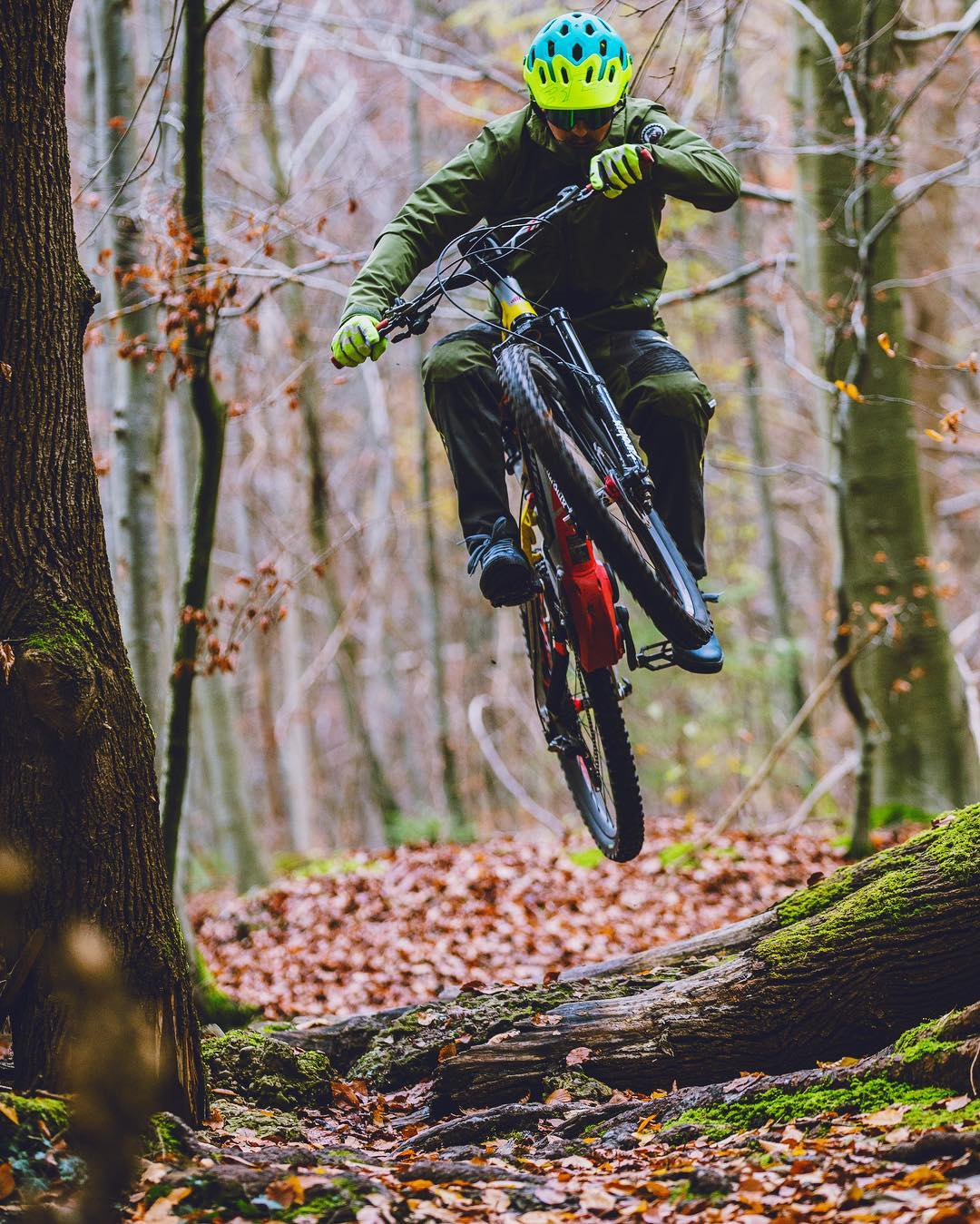 It's getting a little chilly out there right now in the Northern Hemisphere, and harder to find the motivation to ride, but as they say, fortune favours the brave! 📷 @hdc_m #xduro #nduro #mtb #emtb #ebike #enduro #ride100percent @tschugg23