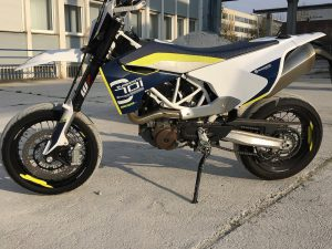 After living with it for close to a year we can say without a doubt that daily runner Supermotos don't get much better than the #Husqvarna #701 . So far the only complaints are the stickers peeling off the rims and the white on the seat looking dirty but it's so incredibly fun to ride that we can absolutely forgive it's minor cosmetic flaws. Plus it still looks amazing anyway! #Supermoto #moto