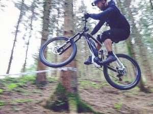 Top Hard enduro rider @andynoakley sending it during practice before his first ever #emtb race tomorrow at the @minienduro series at Forrest of Dean with @haibikeuk ! Today was literally his first day ever riding an eBike, but the new #nduro seems to have him feeling pretty comfortable already! #yamaha #haibike #enduro #ebike #mtb