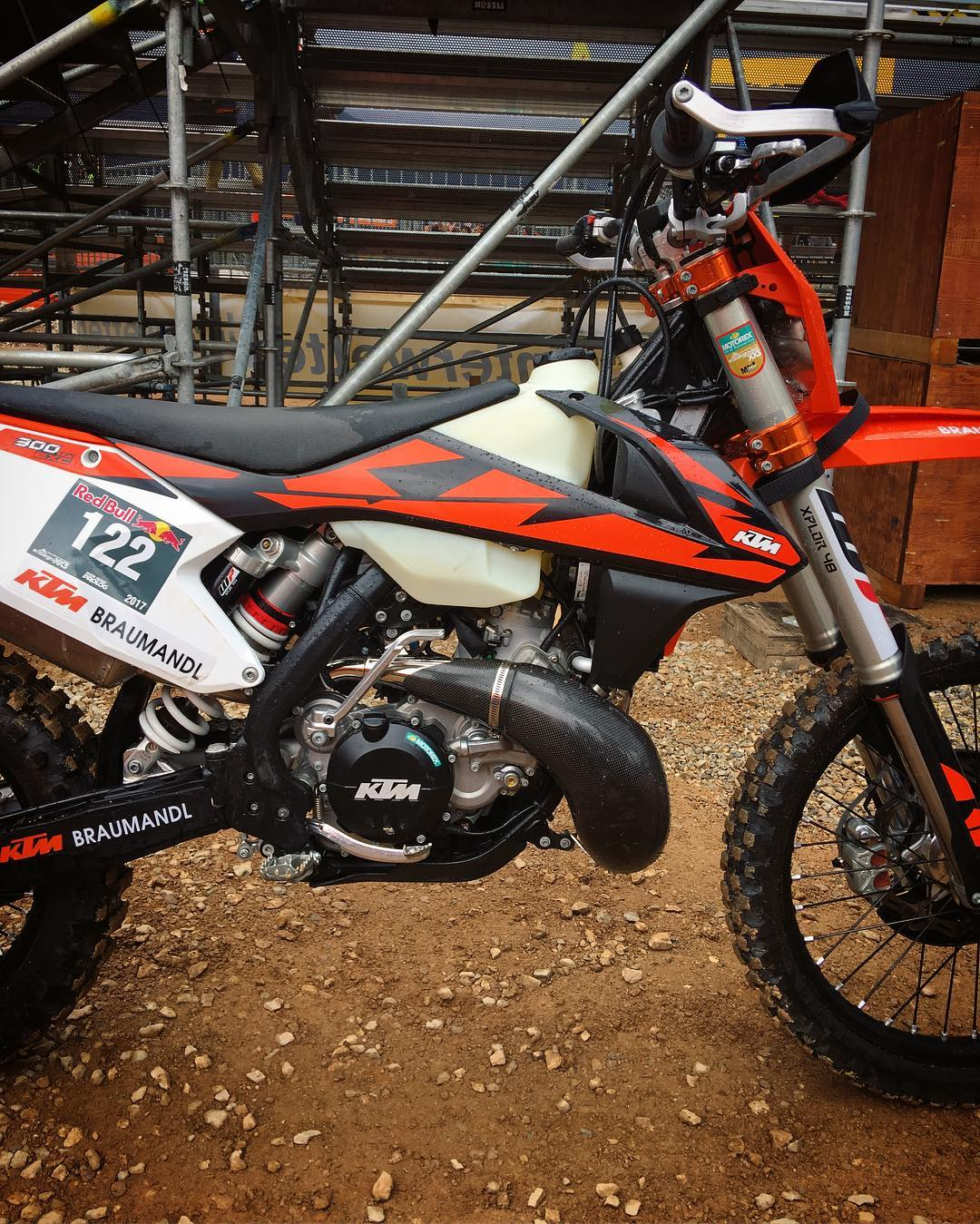 Not too many of the top guys have their #300exc Fuel injected bikes yet but there a few of the beauties floating around! #ktm #enduro