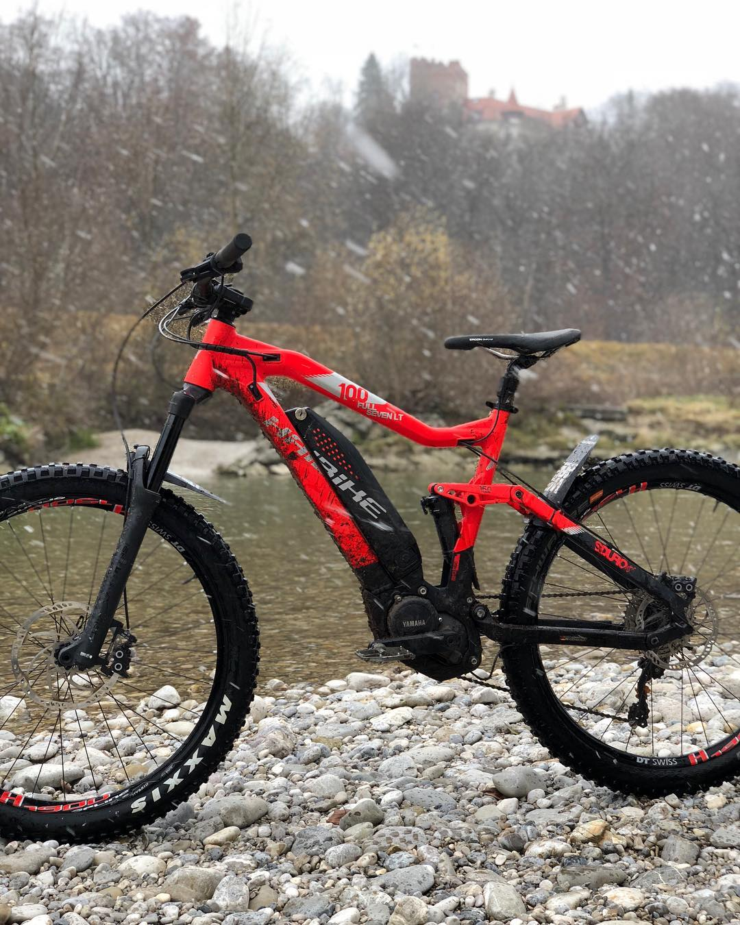 The FullSeven LT 10.0 brings color and good times to any cold winter day!🔥☃️❄️ 📷 @hdc_m #weareeperformance #emtb #ebike #sduro