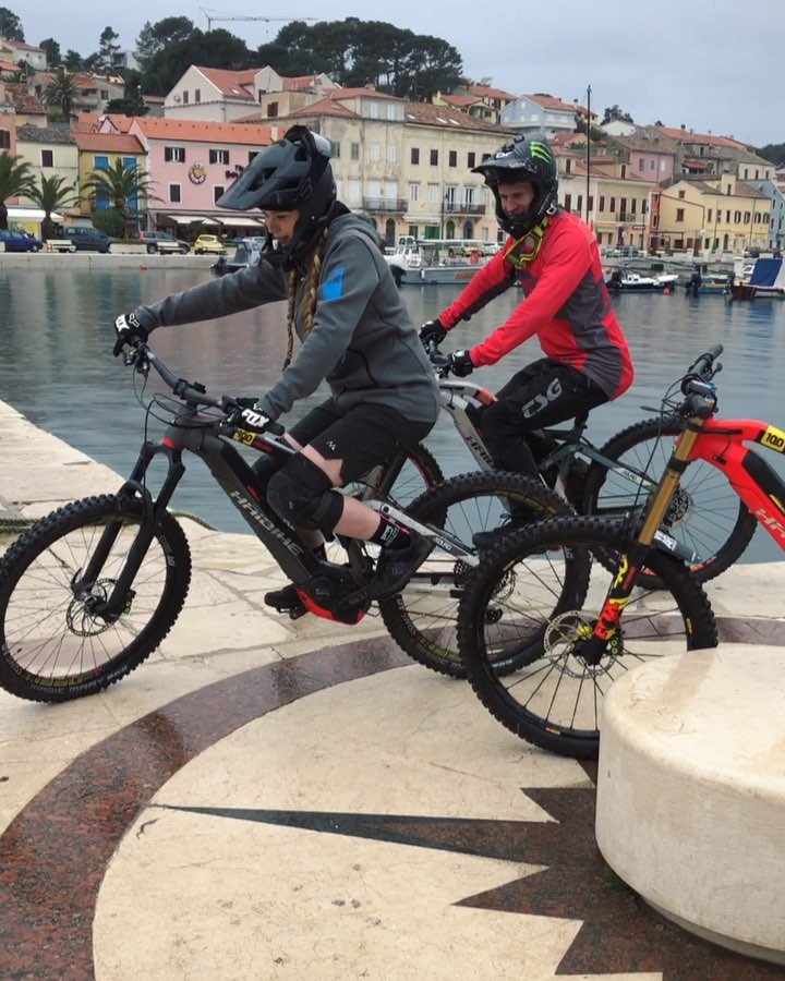 It was a drama filled start to the #Walkmoderace series as freestyler turned racer @sampilgrim took on the underdog @mvjkv_m in #Losinj . #haibike #racingislife  #boschperformancecx #weareeperformance #emtb @boschebikesystems