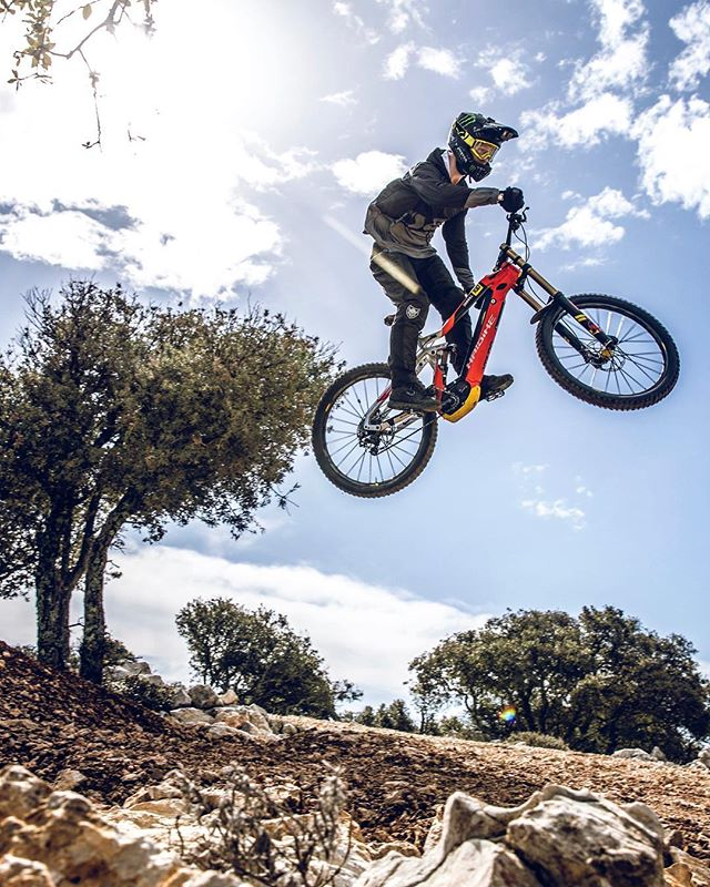 The 1st round of the World cup Downhill Series in Losinj kicks off on 21st/22nd April. After riding the track with @sampilgrim a few weeks back we are pretty excited to watch the race go down! 📷 @hdc_m #downhillmtb #emtb #ebike