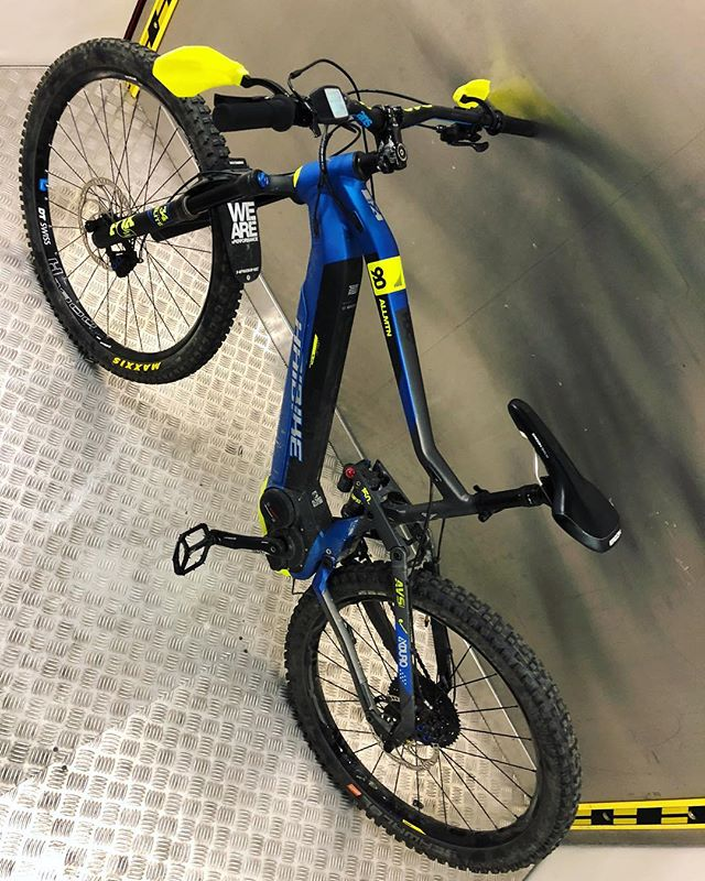 HDCM team member @hendrikschaefers has stretched out his XL #haibike AllMtn for his 2m height with a 29er front wheel and some other custom parts. #emtb #ebike #enduro #weareeperformance