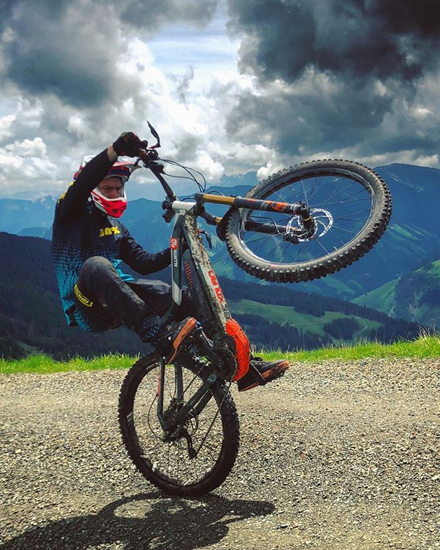 Windy mountaintop #wheeliewednesday ! 📷 @hendrikschaefers  #ride100percent #haibike #emtb #enduro #weareeperformance #mtb #allmtn