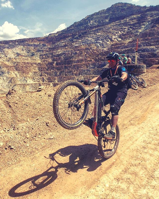 Slowly starting to get the hang of doing a manual! Another reason why I love #eMTB is that I'm riding bikes so much again that I'm still getting better as a rider at the age of 41! 📷 @lsp18 #ride100percent #haibike #weareeperformance #enduro #erzbergrodeo