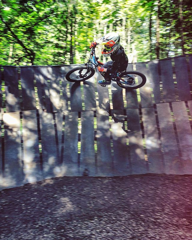 Little man got the hang of wall rides today! #ride100percent #frechdax #mtb #kidswhoride #bikeparksamerberg