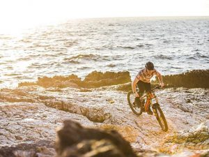 If you are not paddling out the catch some waves would you rather relax at the beach or go and find some lines to session on your bike? We know what we prefer :) #emtb #ebike #rideordie #weareeperformance #haibike