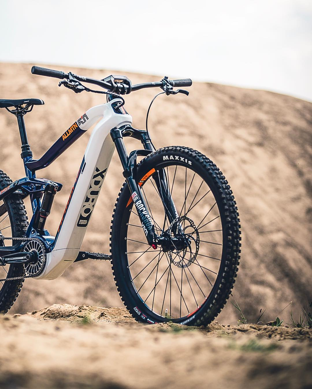 For 2019 the AllMtn FLYON models come with 29er front wheels. Advantages include reduced rolling resistance, increased stability while retaining quick handling, and an enhanced ability to roll over obstacles, all translating into a smoother, faster ride for you out on the trails.  @hdc_m #emtb #ebike #allmountain #enduro #mountainbike #emountainbike #pedelec #flyon