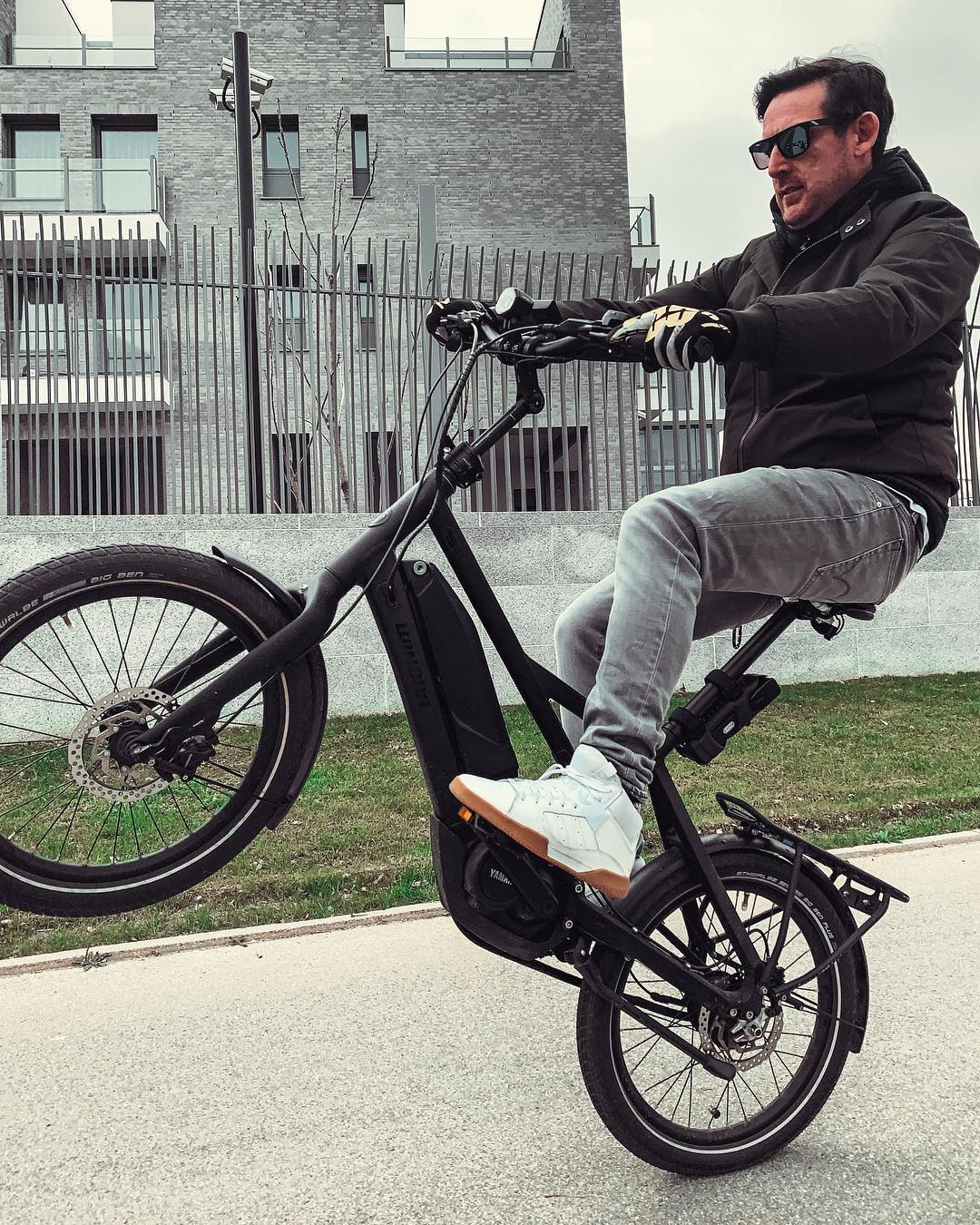 Winora Radius wheelie on the way to lunch. Fun and practical little bike! #winora #ebike #commuterbike