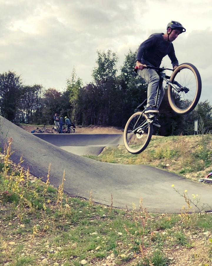 Getting the hang of some lines at Germering pumptrack. Thanks for the tip @hendrikschaefers ! #pumptrack #dirtjump #drt #commencalabsolut #deathgrip #bunnyhop #jump