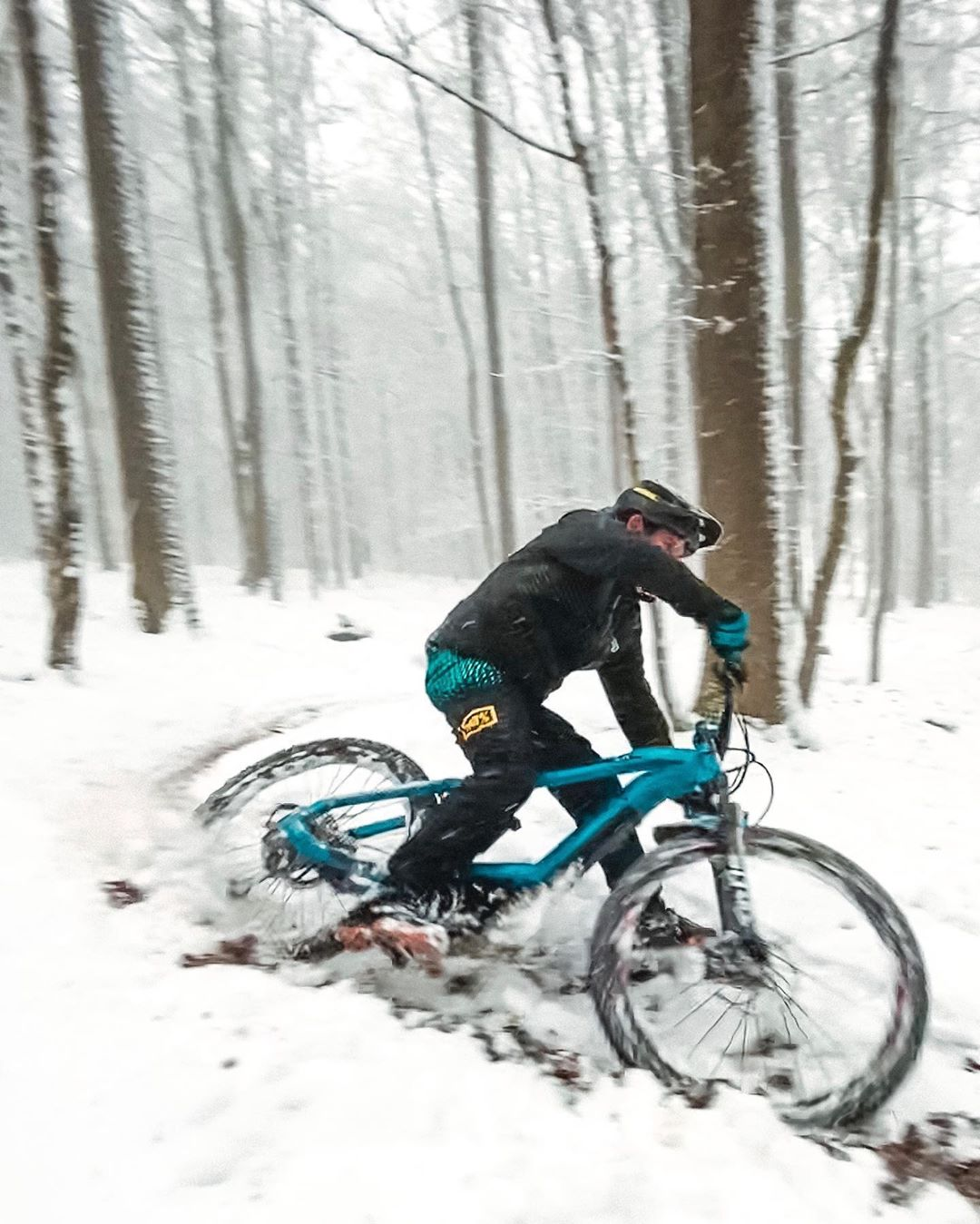 Snow berms are better than no berms! #ride100percent #emtb #eebit #haibike #allmtn #enduro #snow 📷 @paddisalmon